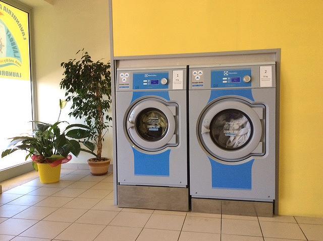 Lavatrici della lavanderia self-service Lavboat al Porto di Ostia